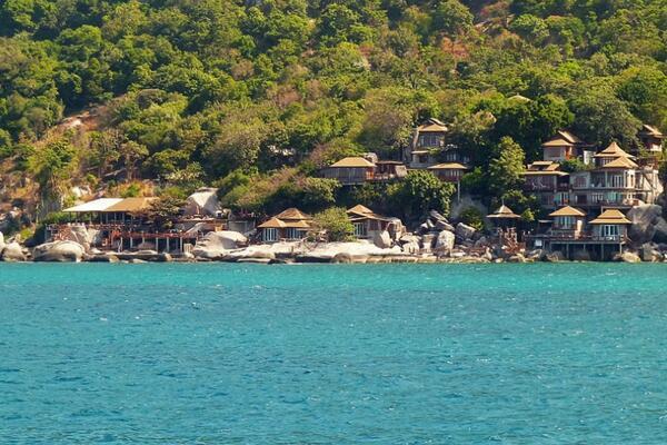 泰国南部小岛,位于素叻他尼府,与苏梅岛相距80公里 涛岛是暹罗湾中最棒的潜水地点 小小的面包屑就能吸引到种类丰富的鱼群 涛岛远离人群,可以独享一片沙滩 涛岛最为有名的海滩有5个 Tips交通信息: 要前往涛岛的方法只有搭船,可以从苏梅岛或春蓬府(Chumpon)搭船去,从帕安岛的通拉市搭快轮约需2小时,若乘坐一般的轮船则需要4 小时左右,如果从苏梅岛乘快艇的话,只要1个半小时的时间就能抵达 从苏梅岛到涛岛坐船2个小时,波菩码头和湄南码头都有渡船,往返价格在1200泰铢左右,包括来回的酒店接送。涛岛上的交